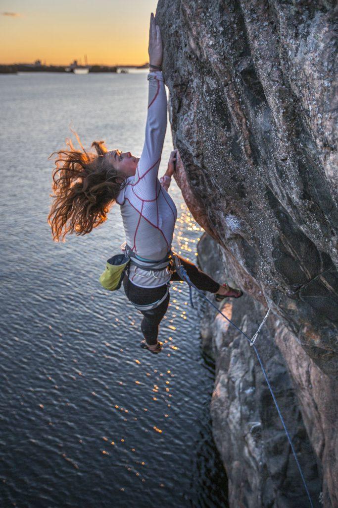 Hanna Bäckfors climbing in Stockholm archipelago, Photographer Alexander Rydén, Klättring